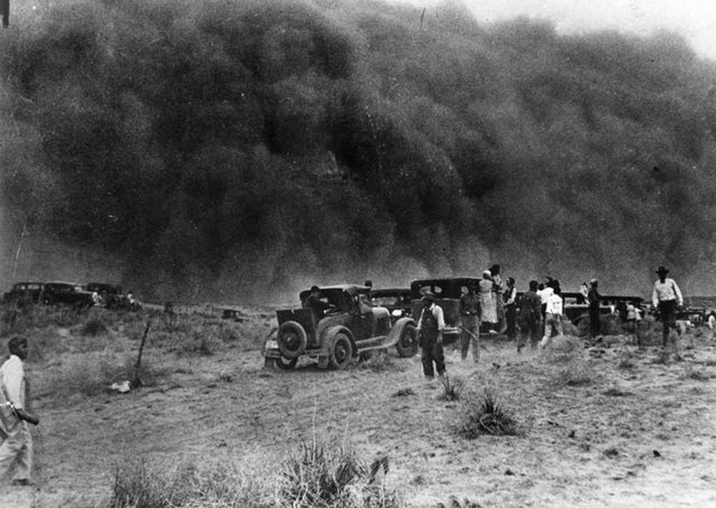 1935_aprilis_a_dust_storm_engulfs_the_residents_of_tyrone_oklahoma.jpg