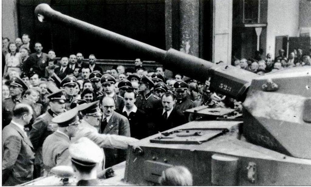 1942_adolf_hitler_inspects_the_new_panzer_iv_f2_in_krupp_200_db_keszult_belole.jpg