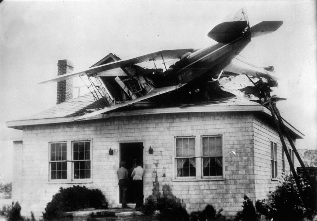 1930_aviation_aircraft_an_engine_defect_forced_a_pilot_to_make_an_emergency_landing_on_the_roof_of_a_bungalow_in_chesapeake_beach_usa_all_unhurt.jpg