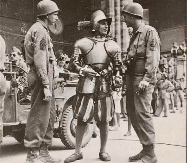 1944_american_gis_talk_with_a_swiss_guard_in_the_vatican.jpg