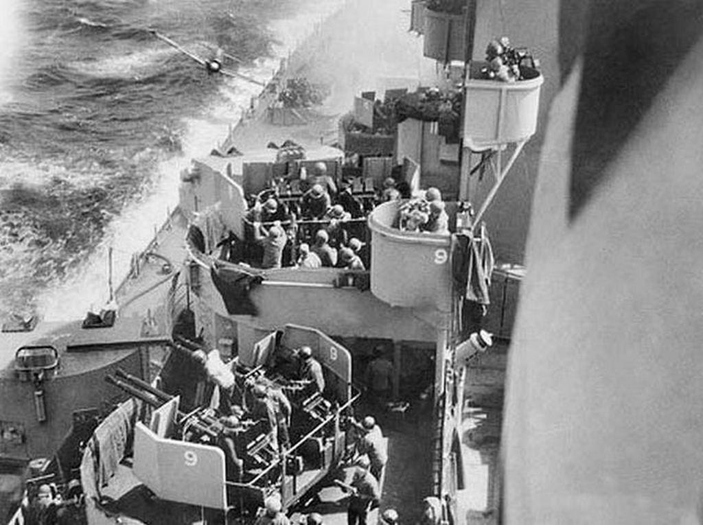 1945_aprilis_a6m_zero_kamikaze_moments_before_hitting_starboard_side_of_uss_missouri.jpg