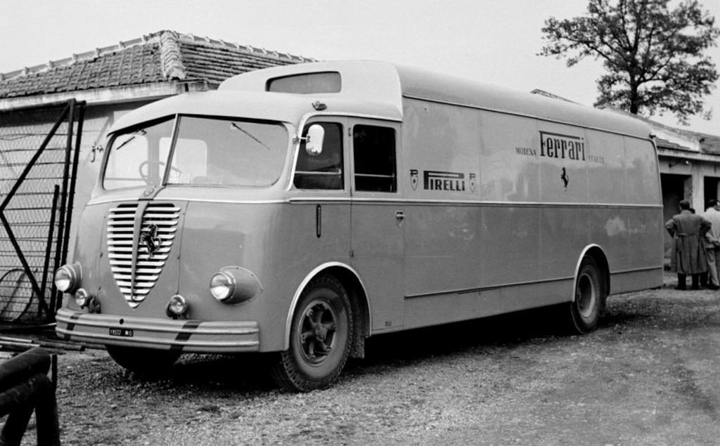 1953_alfa_romeo_800_race_transporter_for_ferrari.jpg