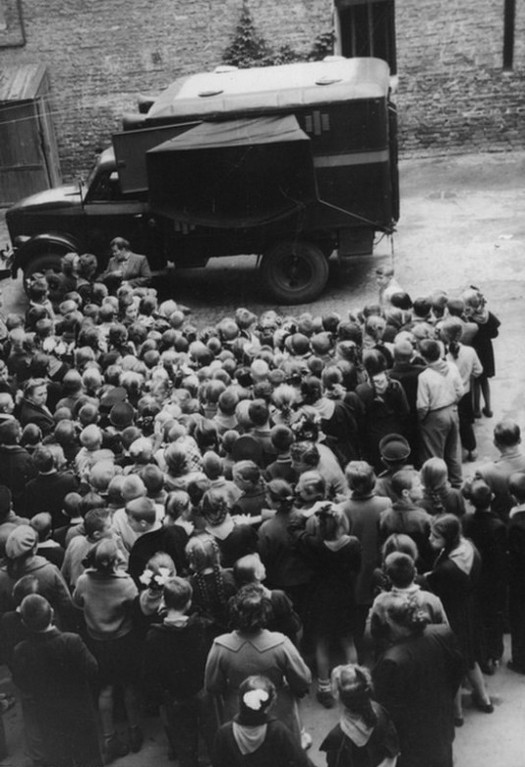 1959_iskolas_gyerekek_kozbiztonsagi_filmet_neznek_a_kijevi_rendorsegi_kampanyautoban_cr.jpg