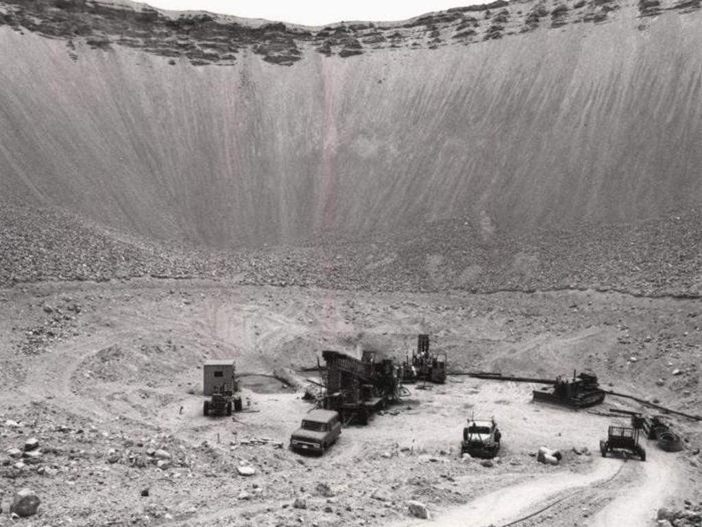 1962_a_nevadai_sedan_nuklearis_foldalatti_robbantas_eredmenyekeppen_letrejott_400_m_szeles_es_100_m_mely_krater.jpeg