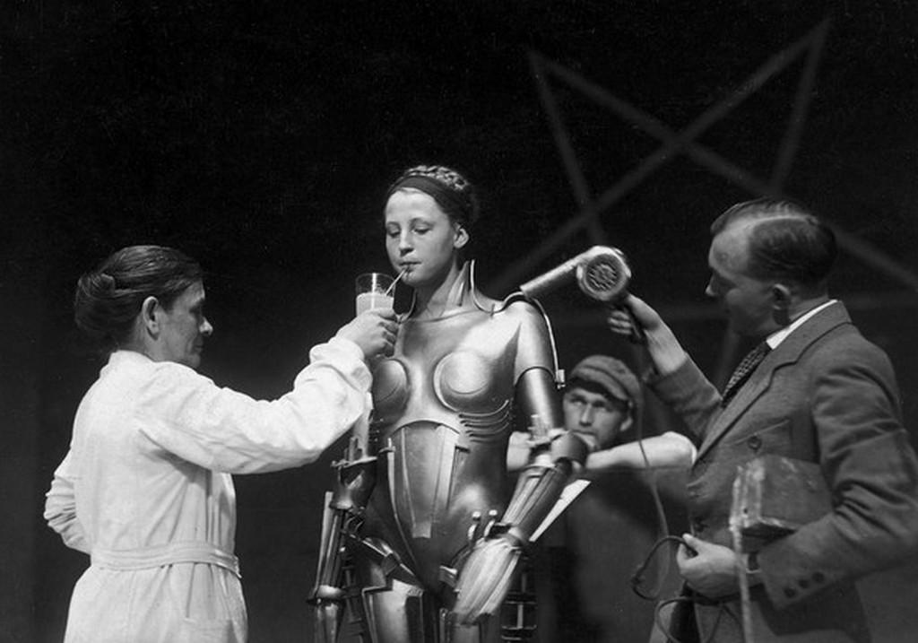 1926_brigitte_helm_robot_jelmezben_a_metropolis_film_forgatasan_nemetorszag.jpeg