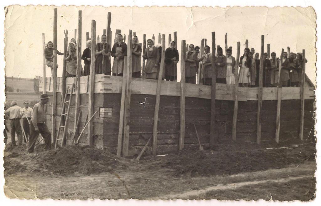 1960_dongolt_falu_haz_epitese_a_falu_osszefogasaval_szoloskislakon.jpg