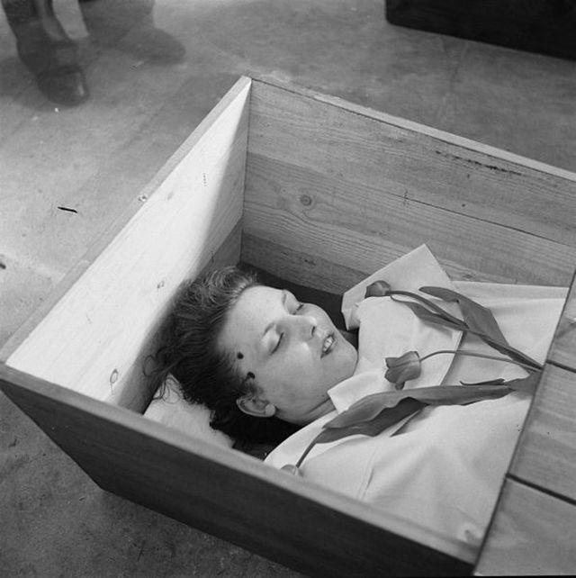 1945_aprilis_10_cornelia_van_baalen-bosch_a_holland_ellenallas_tagja_koporsojaban_a_nemetek_mindossze_egy_oraval_a_kanadai_csapatok_erkezese_elott_lottek_fobe_deventer_varosaban.jpg