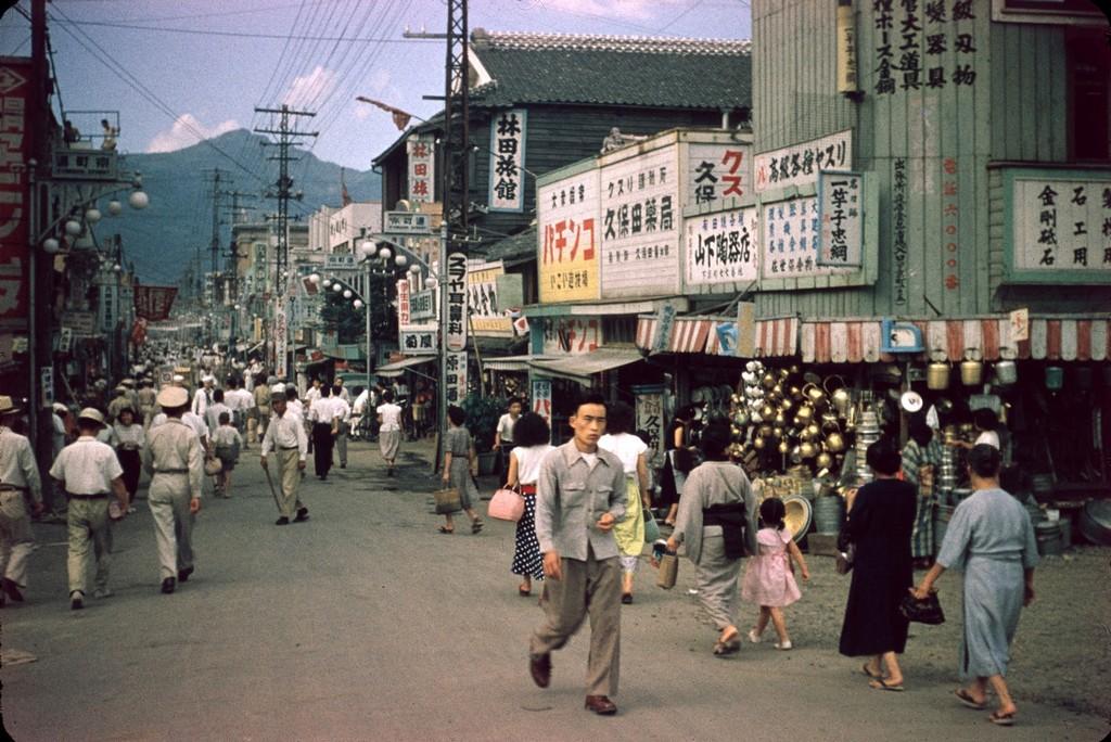 1954_tipikus_japan_bevasarloutca.jpg