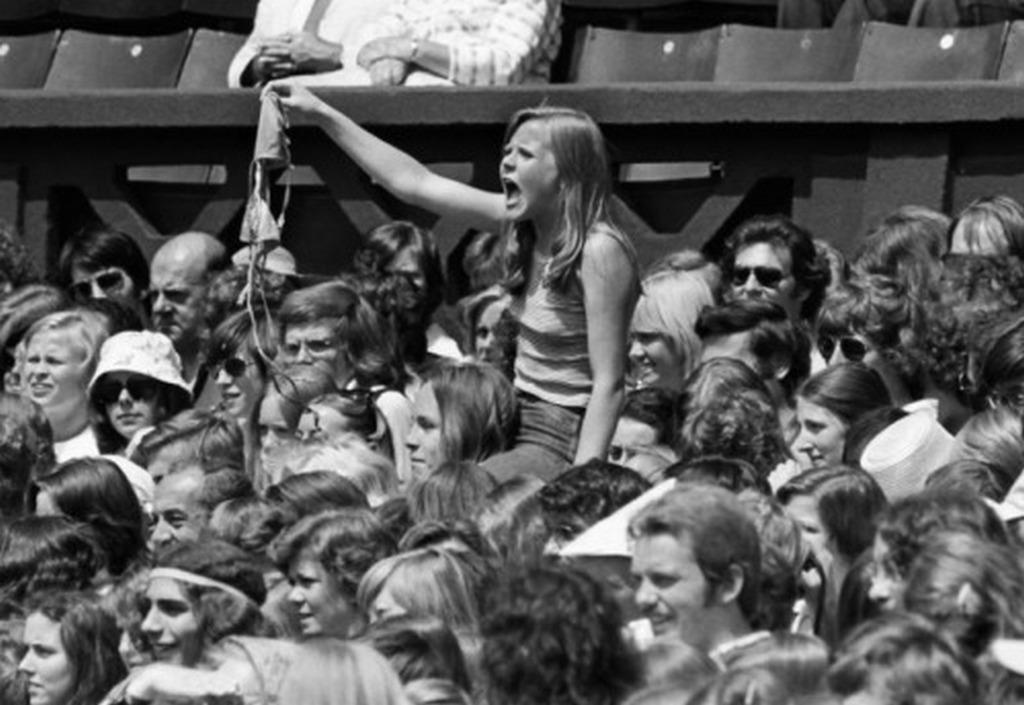 1975_egy_bjorn_borg_rajongo_holgy_felajanlja_mellratojat_balvanyanak_wimbledonban.jpg