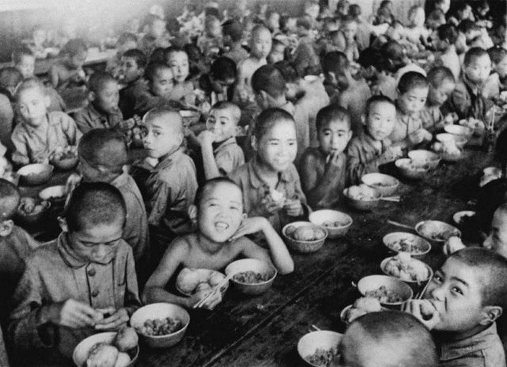 1946_war_orphans_eat_together_at_an_orphanage_in_tokyo.jpeg