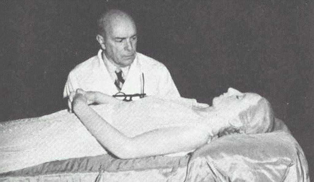 1953_dr_pedro_ara_inspects_eva_peron_s_embalmed_corpse.jpg