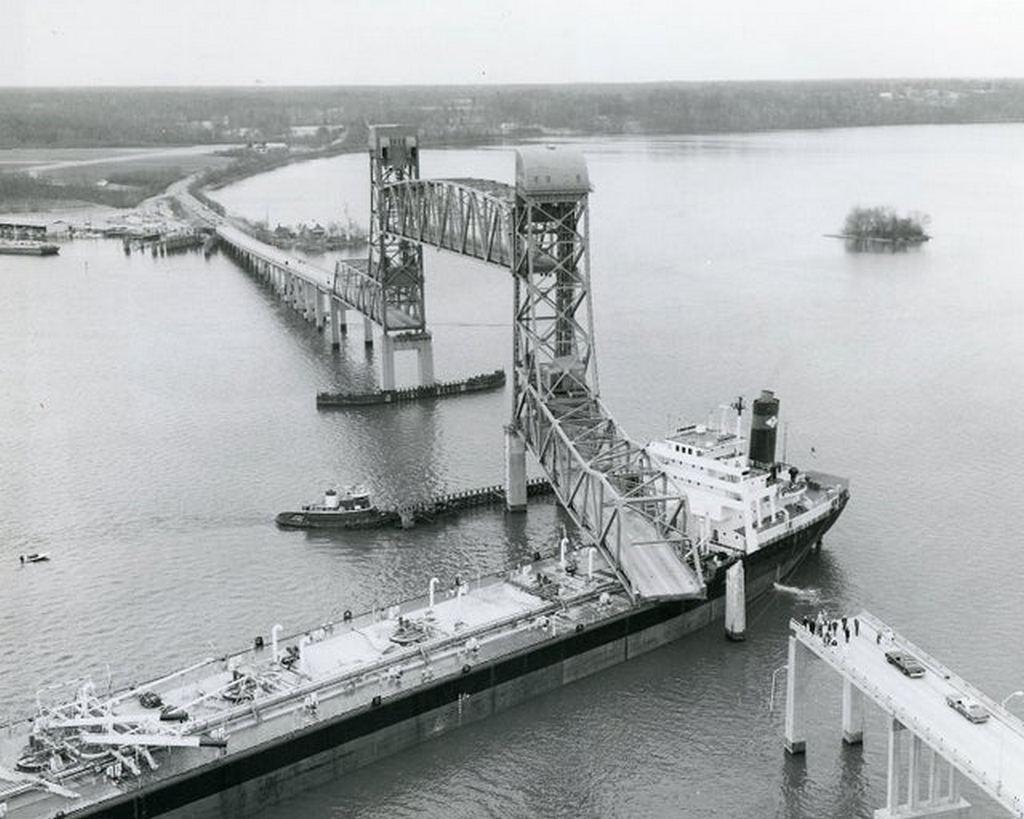 1977_the_tanker_ship_marine_floridian_struck_the_benjamin_harrison_memorial_bridge_over_the_james_river_9_5_m_20_month_repair.jpg