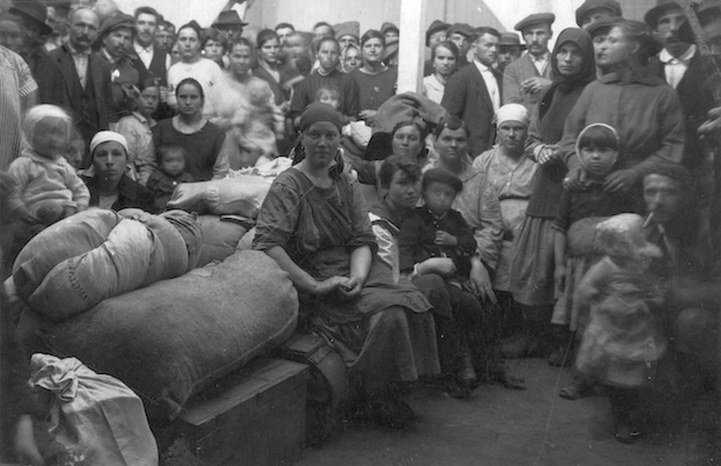 1919_a_roman_csapatok_altal_megszallt_orszagreszbol_menekult_emberek_cr.jpg