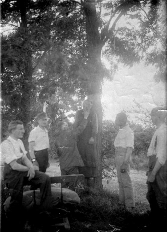 1919_augusztus_13_a_paksi_kommunista_direktorium_egyik_tagjanak_dr_wiedermann_mihalyne_kozepiskolai_tanarnak_akasztasa_a_kozseghaza_udvaran.jpg