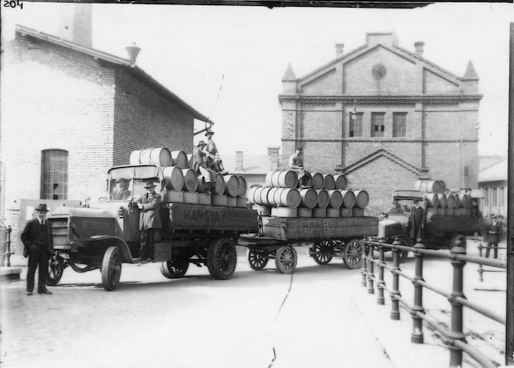 1920-as_evek_lang_gyarban_keszult_hordok_a_gyar_udvaran_cr.jpg