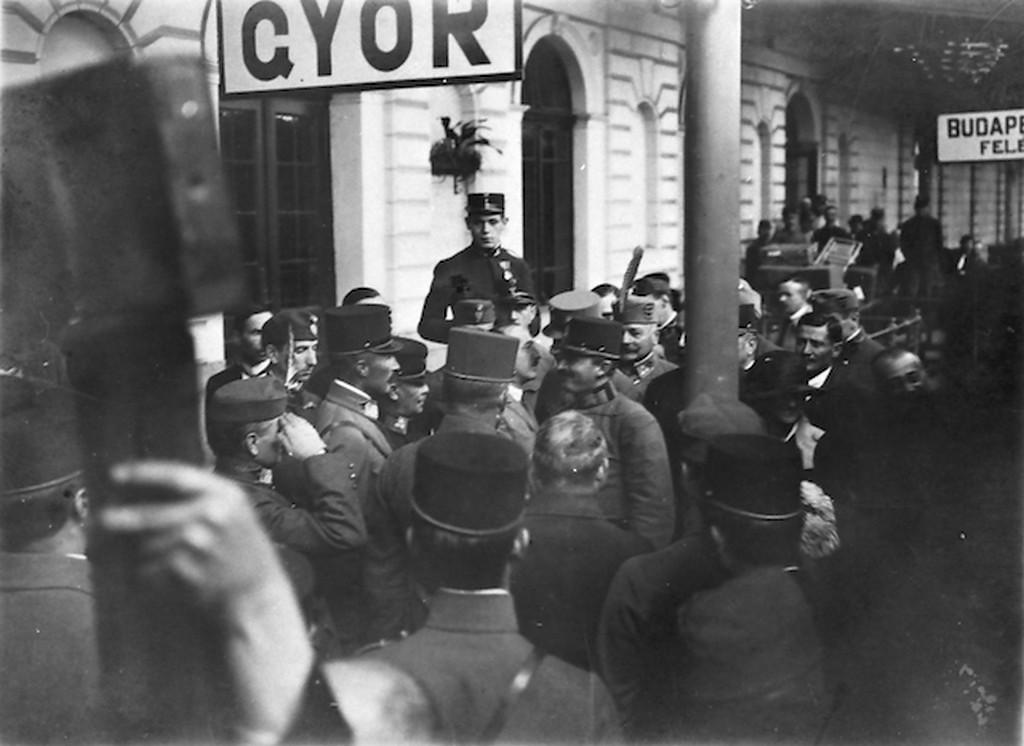 1921_oktober_22_iv_karoly_tronfosztott_magyar_kiraly_masodik_visszateresi_kiserlete_kozben_budapest_fele_a_gyori_vasutallomason.jpg