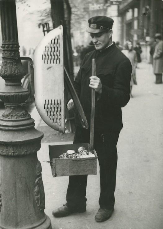 1930-as_evek_budapesti_utcasepro_gyujti_ossze_az_oszlopra_szerelt_szemeteskukak_tartalmat.jpg