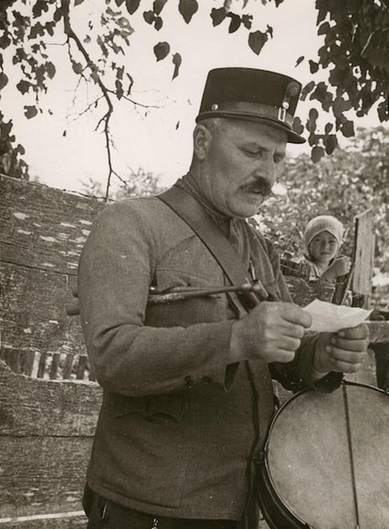 1930-as_evek_falusi_kisbiro_hirdeti_ki_a_legfrissebb_hireket_cr.jpg