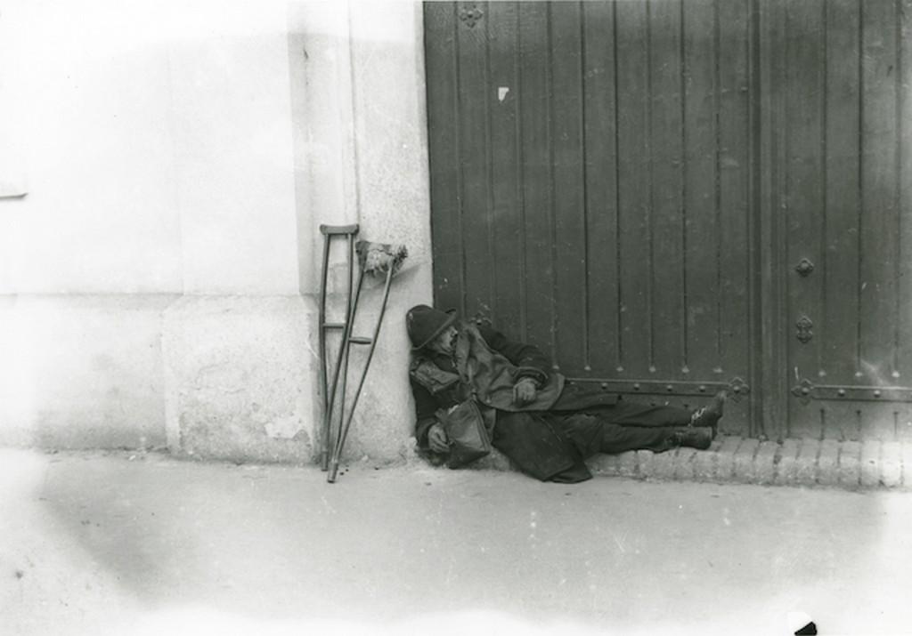 1930_korul_koldus_alszik_a_dohanygyar_kapujaban_kallos_o.jpg
