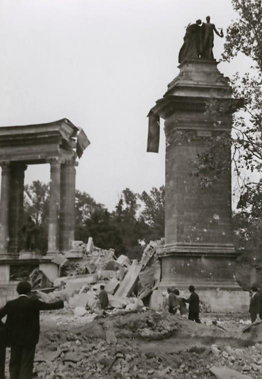 1944_a_megserult_milleniumi_emlekmu_a_hosok_teren_az_angolszasz_bombazasok_utan.jpg