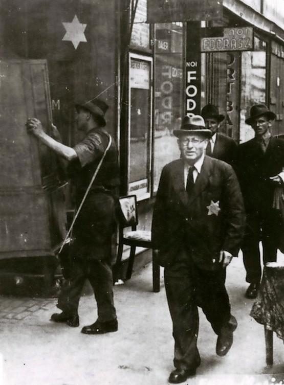 1944_bekoltozes_egy_sargacsillagos_hazba_budapesten_cr_cr.jpg