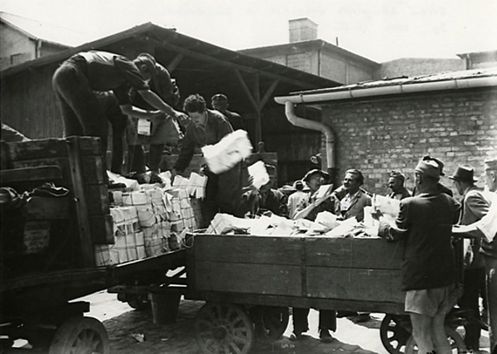 1944_junius_15_zsido_irodalom_erkezik_a_zuzdaba_megsemmisitesre_budapesten_cr.jpg