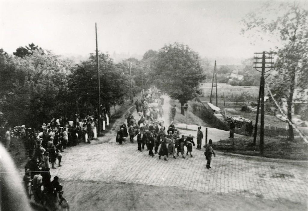 1944_junius_deportalt_zsidokat_kisernek_a_tatai_vasutallomasra.jpg