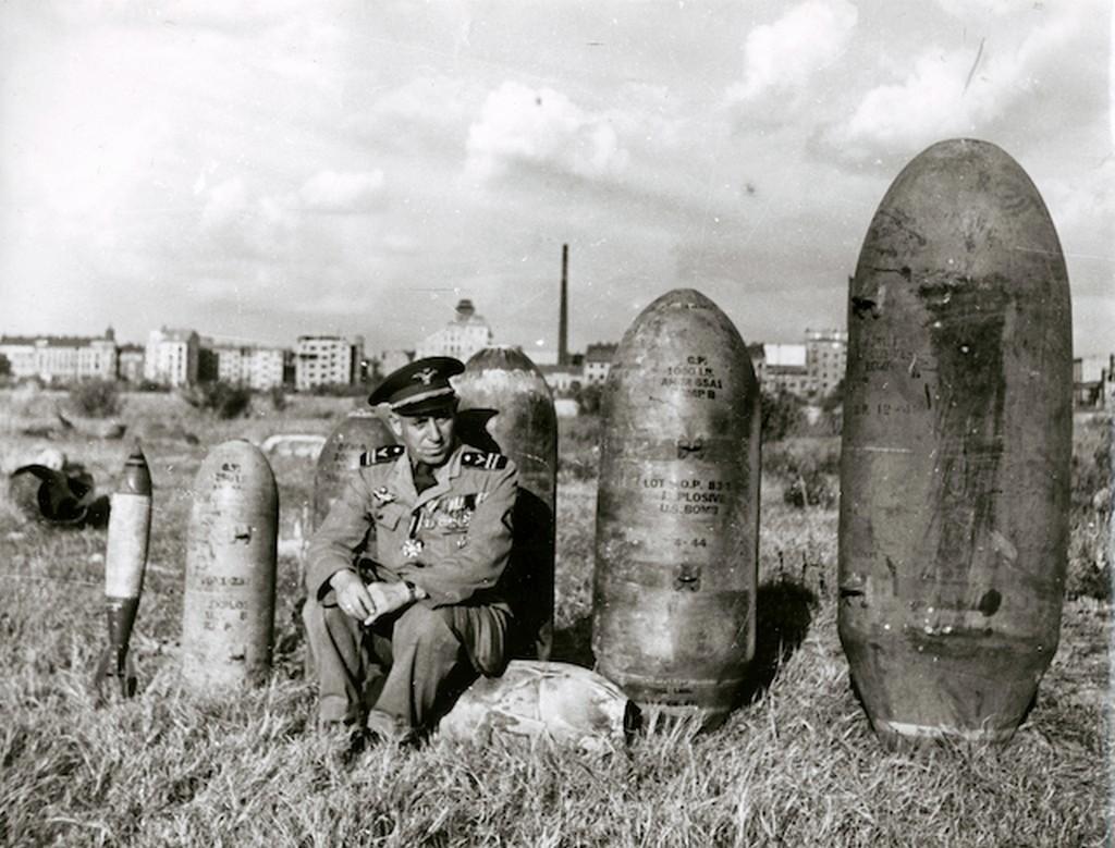 1944_lagymanyosi_retre_gyujtott_hatastalaitott_amerikai_bombak_elottuk_egy_tiszt_ul_a_robbanoeszkozoket_piliscsabara_szallitjak.jpg