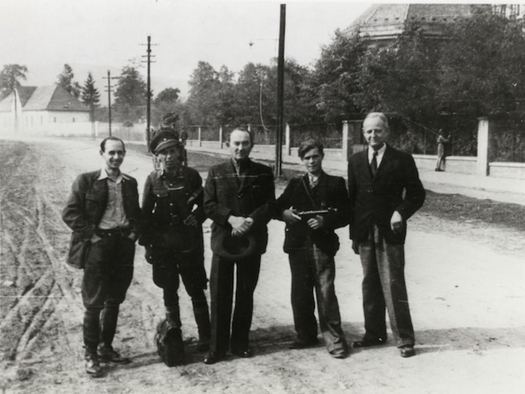 1944_szept_28_magyar_fegyverszuneti_kuldottseg_utban_moszkva_fele_zichy_ladomer_grof_szlovakiai_birtokan_1_teleki_geza_grof_3_faragho_gabor_es_5_szent-ivanyi_domokos_cr.jpg
