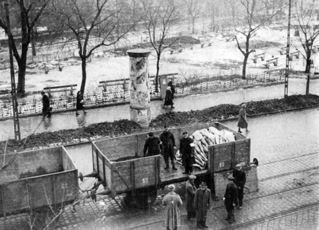 1945_mezitelen_holttestek_elszallitasa_a_vasuti_cr.jpg