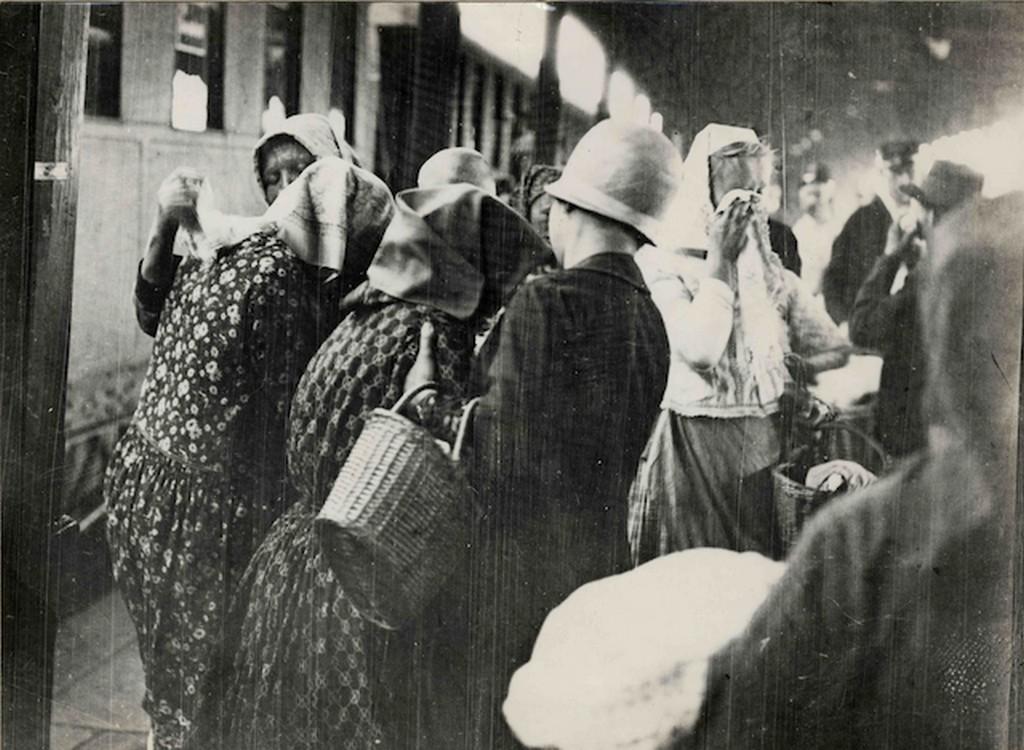 1920-as_evek_amerikaba_kivandorlok_indulas_elott_bucsuznak.jpg