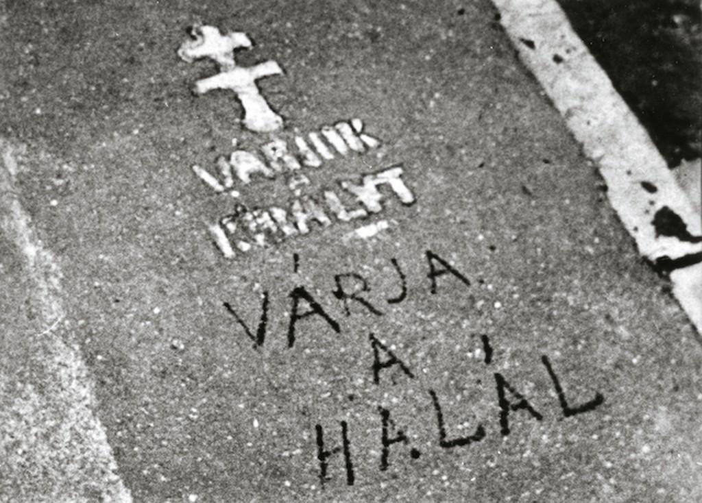1920_felirat_a_jardan_a_budai_varban_varjuk_a_kiralyt_varja_a_halal_1.jpg
