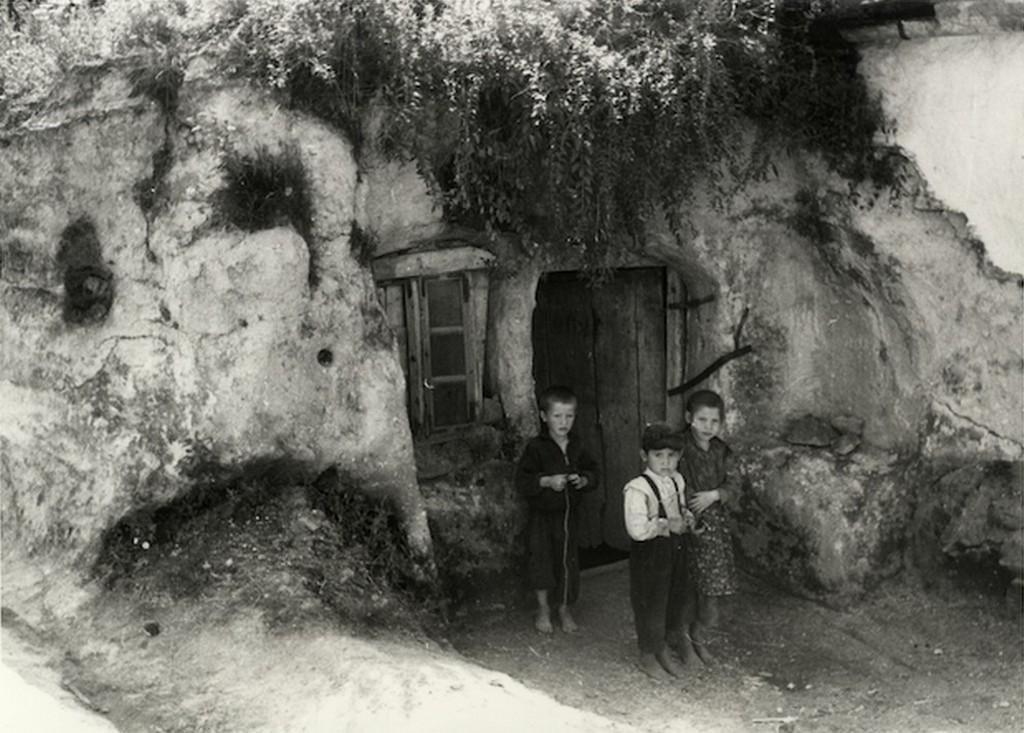 1930_gyerekek_egy_tabani_barlanglakas_elott_cr.jpg