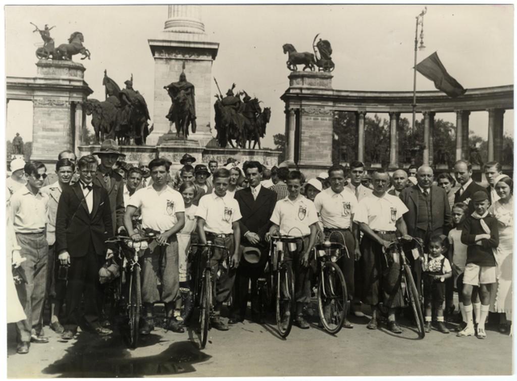 1934_augusztus_parizsi_magyarok_biciklin_erkezett_csoportja_a_hosok_teren.jpg