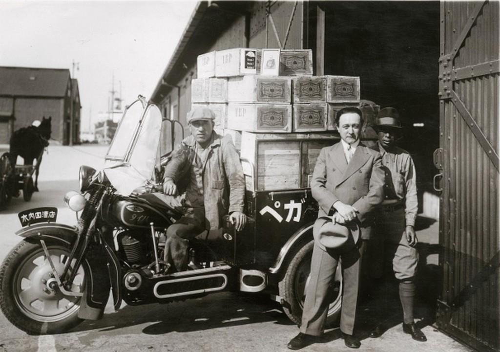 1938_az_elso_tokaji_borszallitmany_megerkezik_japanba_a_gepkocsi_elott_watanabe_metzger_nandor_cr.jpg
