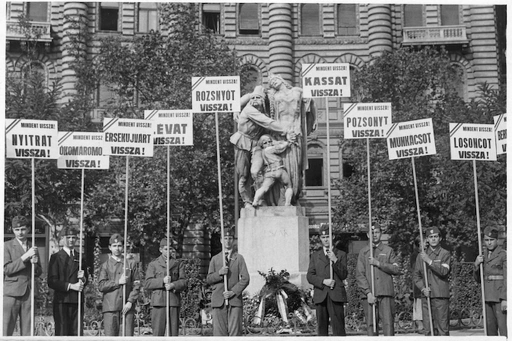 1938_oktober_revizios_tuntetes_az_eszak_szobra_elott_a_korondon.jpg