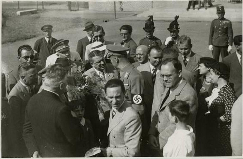 1939_gobbels_budapesten_a_nemet_kolonia_tagjai_udvozlik_keleti_sajtoiroda.jpg