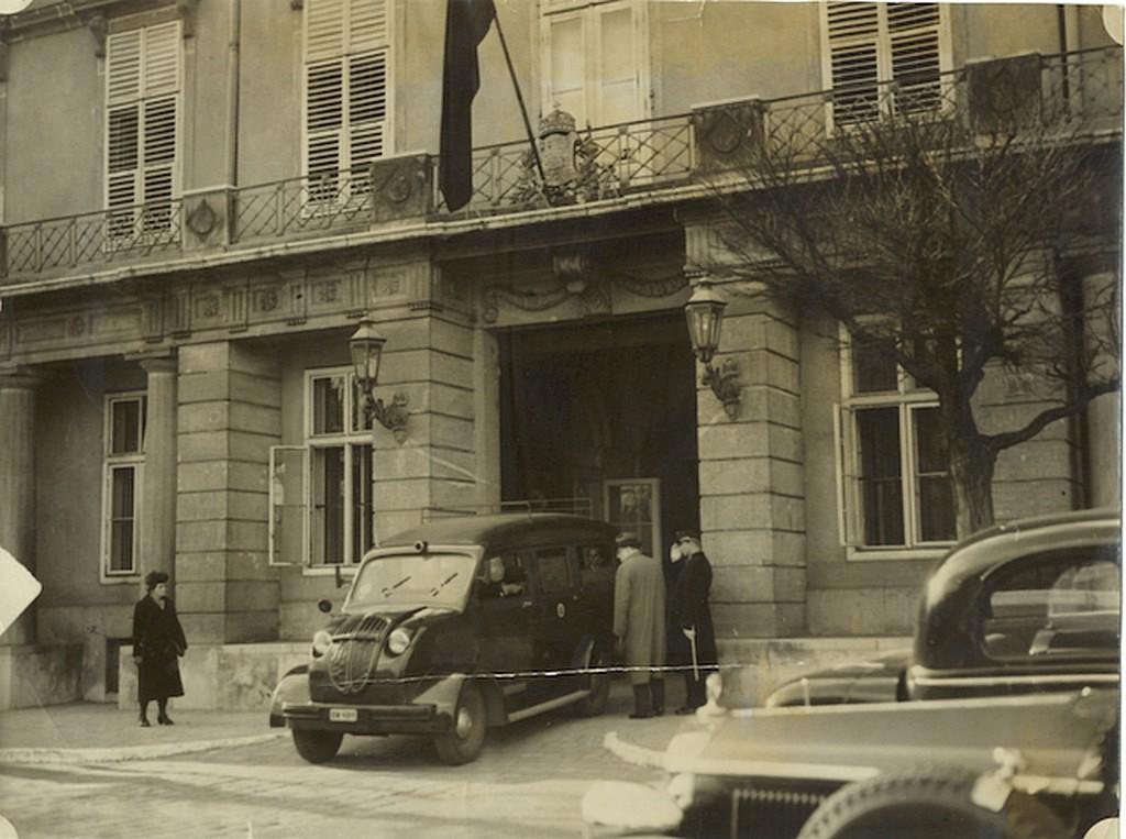 1941_aprilis_3_mentoauto_a_miniszterelnoki_palota_kapujaban_teleki_ongyilkossaga_utan.jpg