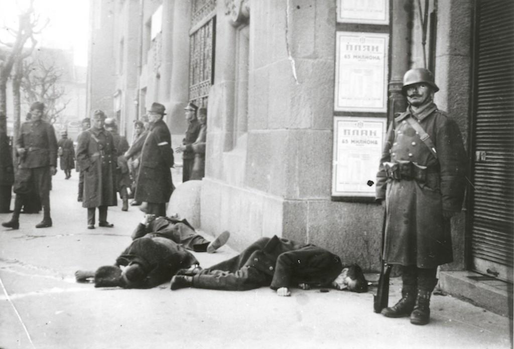 1941_magyar_katonak_agyonlott_civilek_tetemeit_orzik_az_utcan_szabadkan.jpg
