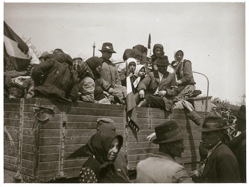 1942_a_bacskaba_telepitett_bukovinai_szekelyek_egy_teherauton.jpg