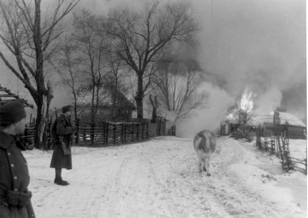 1943_magyar_katonak_egy_ego_szovjet_faluban_cr.jpg