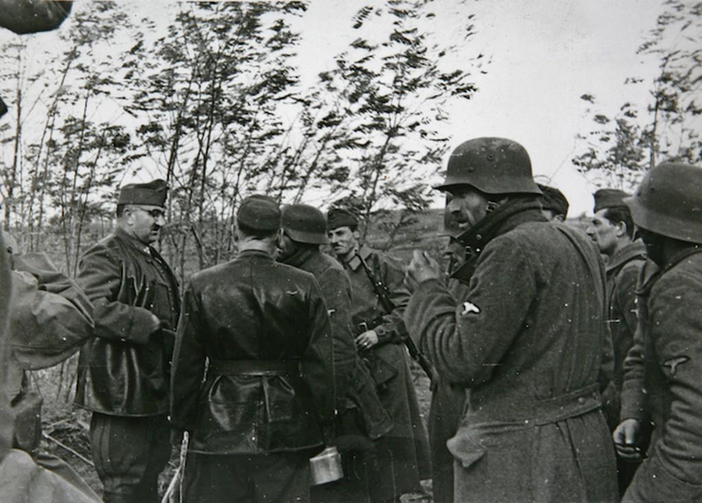 1944_december_beregfy_karoly_nyilas_honvedelmi_miniszter_ss_katonak_koreben_a_soroksari_frontszakaszon.jpg