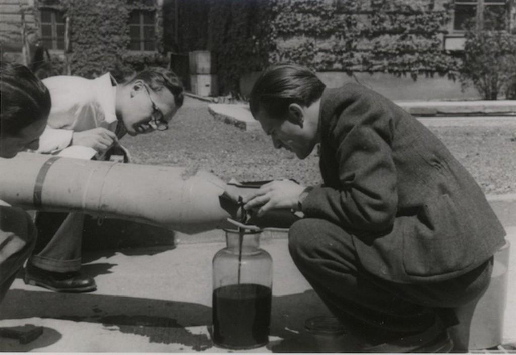 1944_nyara_amerikai_gyujtobomba_hatastalanitasa_a_hadtorteneti_intezet_udvaran_leeresztik_a_gyujtofolyadekot_cr.jpg