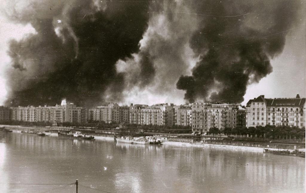 1944_pesti_oldal_latkepe_bombazas_utan.jpg