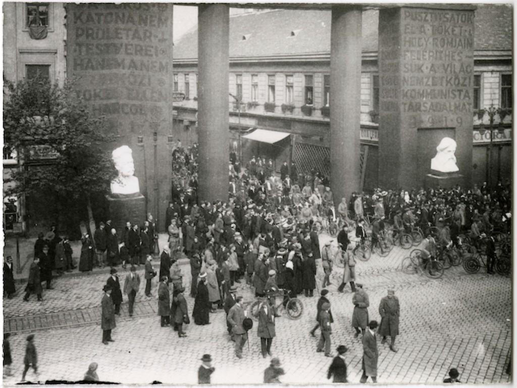 1919_majus_1_felvonulasi_menet_eleje_a_furdo_utcai_diadalkapun.jpg