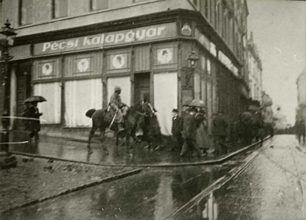 1921_megszallo_szerb_katonak_pecsen.jpg
