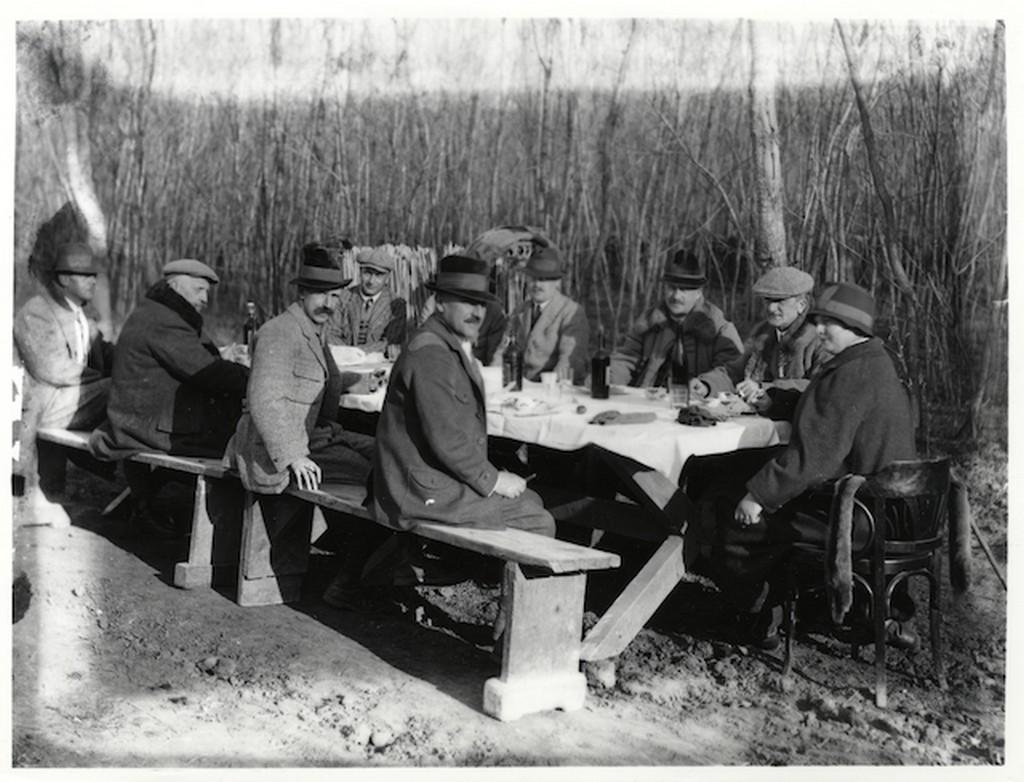 1930_korul_horthy_miklos_vadaszaton_a_teritett_asztalnal_ul_a_vadasztarsasag_koztuk_auguszta_bethlen_istvan.jpg