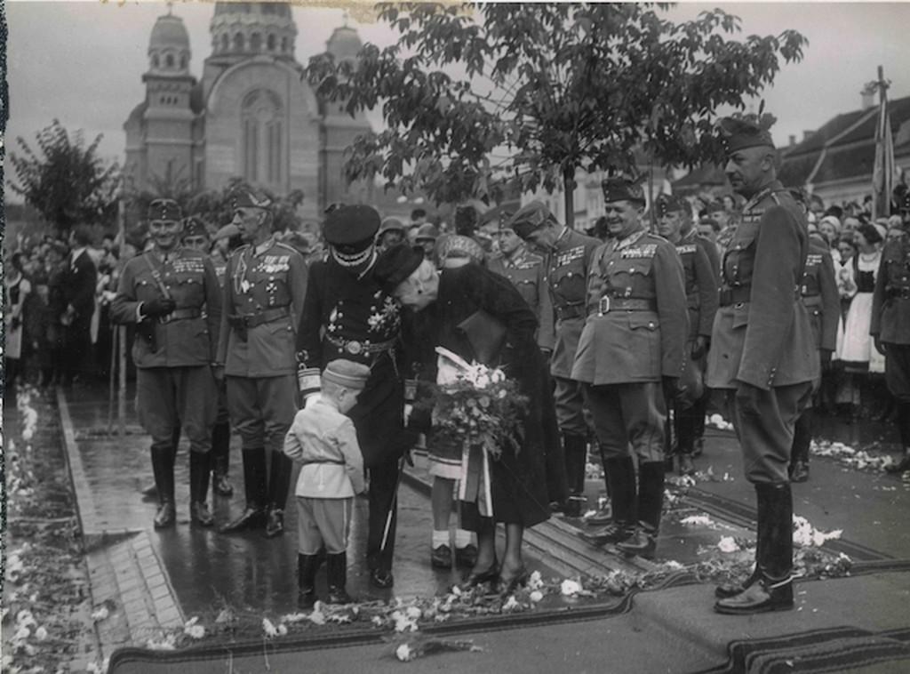 1940_horthy_miklost_es_feleseget_koszontik_a_bevonulaskor_marosvasarhely.jpg