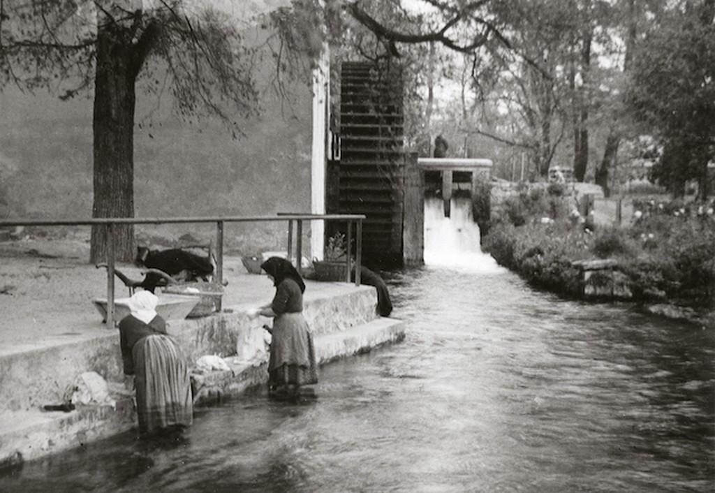 1940_tata-tovaros_patakban_moso_asszonyok.jpg