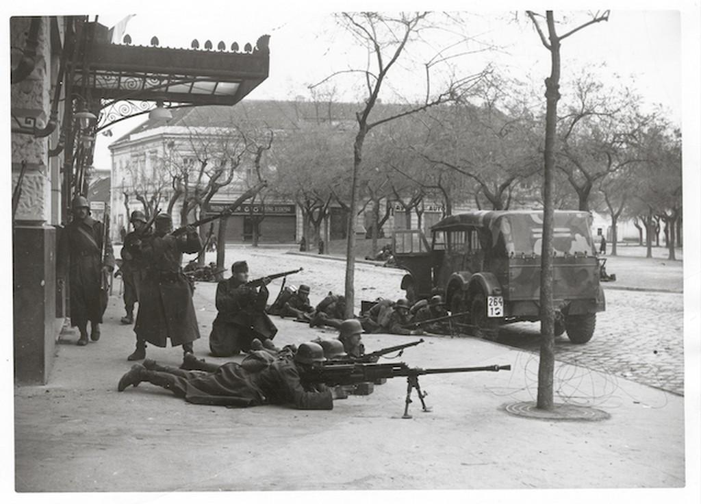 1941_magyar_katonak_utcai_harcban_zombor_bacska.jpg